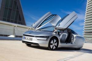 Das Modell Volkswagen XL1: Kraftstoffverbrauch in l/100 km: 0,9 (kombiniert); Stromverbrauch in kWh/100 km: 7,2 (kombiniert); CO2-Emissionen in g/km: 21 (kombiniert); Effizienzklasse: A+.