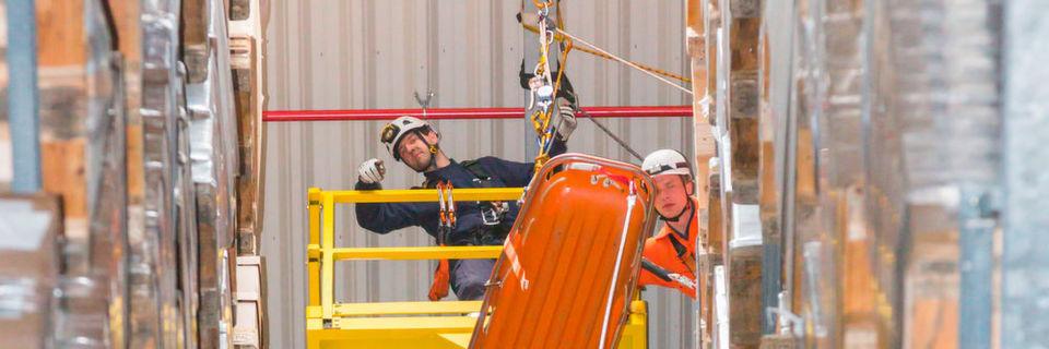 Für eine Rettungsübung in 38 m Höhe hat BLG Logistics den Freiwilligen Feuerwehren Verden und Achim sowie der Höhenrettung der Feuerwehr Oldenburg kürzlich an einem Sonntag das Hochregallager in Bremen zur Verfügung gestellt.