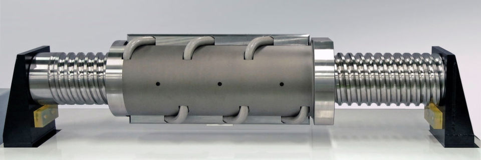 Die extrem großen Kugelgewindetriebe wurden für große elektrische Spritzgießmaschinen ausgelegt.