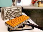 Osterlamm war gestern! Echte Geeks backen Tastatur-Waffeln! Kostenpunkt bei www.ahalife.com: 85 US-Dollar. Geliefert wird das Gadget auch nach Deutschland.