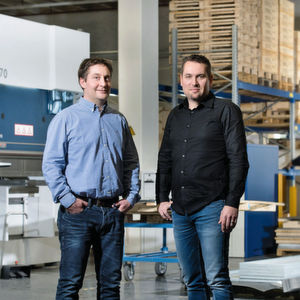 """Die Emde-Geschäftsführer Dominik Weibel und Marco Wüst in ihrer Produktionshalle: """"Die Faktoren, die in letzter Zeit für produzierende Unternehmen essenziell geworden sind, waren von Anfang an in unserem Konzept enthalten."""""""