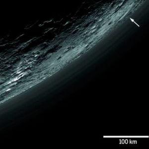 Die wandernden Hügel und dunstige Atmosphäre des Pluto