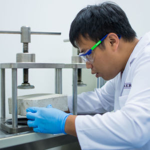 Anwendungstechniker testen im Kompetenzzentrum Produkte und Formulierungen für den südostasiatischen Markt.