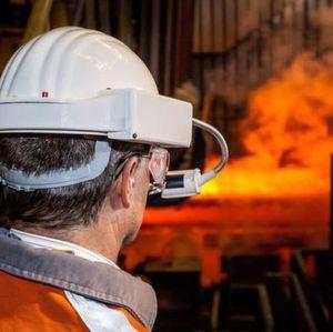 Der High-Tech-Schutzhelm soll die Arbeitssicherheit, zum Beispiel in Stahlwerken revolutionieren