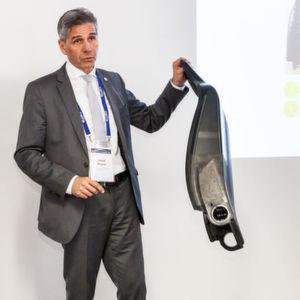 Nur zwei Kilogramm wiegt die Leichtbau-Sitzlehne von Recaro/Johnson Controls. Nuyan Vedat stellt die Vorteile von Karbon für Kleinserien vor.