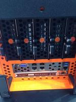 Abbildung 2: Die Außenhülle von 'Carla' lässt sich einfach aufklappen. Dann sind die Komponenten, etwa die Festplatten zugänglich.