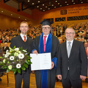 Friedhelm Loh (Bildmitte) wurde von der Technische Universität Chemnitz mit der Ehrendoktorwürde ausgezeichnet.