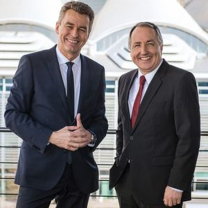 """""""Reifen""""-Wechsel ist perfekt: Detlef Braun, Geschäftsführer der Messe Frankfurt (l.), und Oliver P. Kuhrt, Geschäftsführer der Messe Essen."""