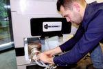 Jedes Quattro-Mix-Single-Use-Mischsystem besteht aus einer Quattroflow 4-Kolben-Membranpumpe für den Einmal-Gebrauch, mit deren Hilfe die Flüssigkeiten und Feststoffe in einem Mischbehältnis zirkulieren, damit die erforderlichen Misch- und Verdünnungsverhältnisse erreicht werden – und all das innerhalb eines optimierten Zeitrahmens.