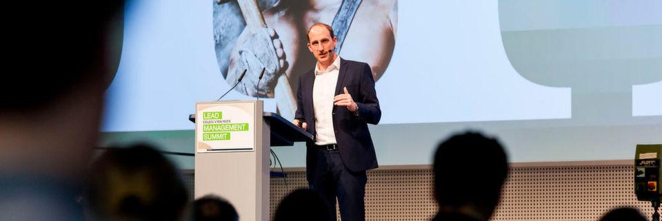 """""""Wenn Du morgens keinen Grund hast, aufzustehen, bleib lieber liegen!"""" – nur ein (be-)merkenswerter Satz aus der Abschluss-Keynote von Olympia-Sieger Thomas Lurz beim Lead Management Summit 2016."""