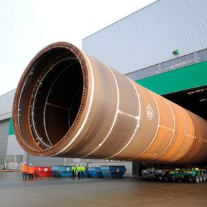 Rohrgiganten stützen die Offshore-Windkraftanlagen