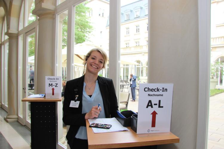 Linda Budell von der Vogel IT-Akademie begrüßte die eintreffenden Gäste am Check-In-Counter.