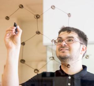 Wie bewegen sich Elektronen durch Graphen?