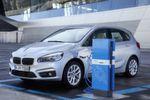In der Plug-in-Hybrid-Version des BMW 2er Active Tourer haben die Ingenieure die Elektro-Technik mit einem vorn quer eingebauten Dreizylinder-Turbobenziner kombiniert. Die elektrische Reichweite beziffert BMW mit 41 Kilometern.
