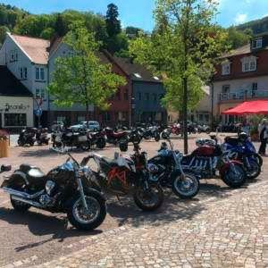 Die frühlingshafte Temperaturen im Mai locken reihenweise Biker auf die Straßen.