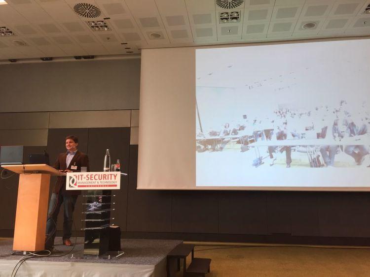 Industrie 4.0 und Einbruch 2.0: Keynote von Stefan Tomanek zu digitalen Schleichwegen in Unternehmensnetze.