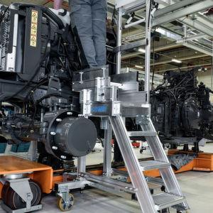 Für einen Traktorenhersteller konstruierten die Hymer-Experten für Sonderkonstruktionen teleskopierbare Aluminiumtritte, die mittels Magnetanbindung an der Fertigungsstraße mitgeführt werden.