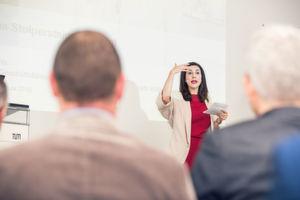 """Judith Williams, Investorin beim VOX-Format """"Die Höhle der Löwen"""", fesselte die Gäste mit ihrer Keynote """"Mach' aus Stolpersteinen Stufen""""."""