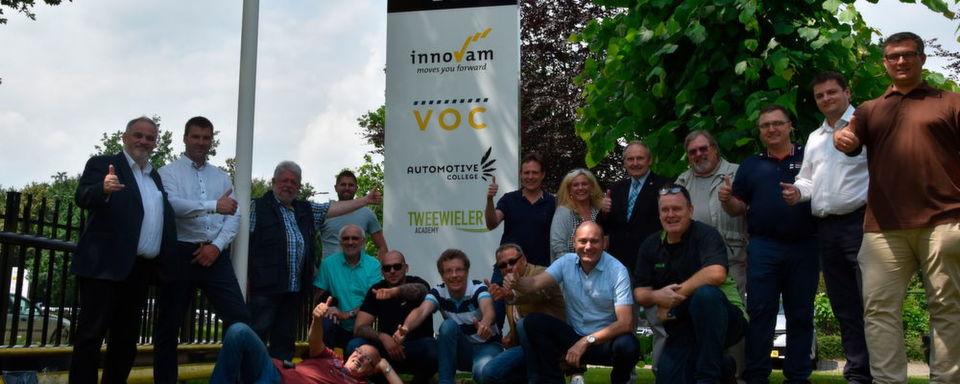 Die Bike Experts Europe vor der Tweewieler Academy im niederländischen Nieuwegein.