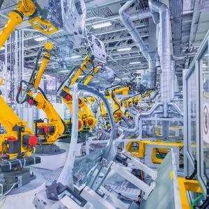 Damit Produktionsanlagen so störungsfrei laufen wie die Roboter in der Automobilfertigungsstraße hier im Bild, sollte deren Instandhaltung vorausschauend geplant sein.