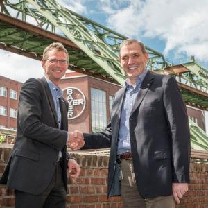 Tectrion Geschäftsführer Hans Gennen (links) und Volker Klotzki, Leiter der Ingenieurtechnik im Pharma- und Chemiepark Wuppertal-Elberfeld, freuen sich auf die Zusammenarbeit.