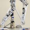 The Walking Robot: Motoren treiben Knöchel-, Knie- und Hüftgelenk an
