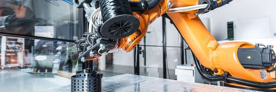 Roboter druckt kraftflussoptimierte Composites