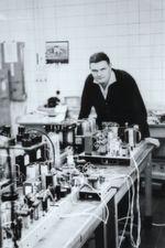 Die Anfänge: Gert Breidenbach beim Versuchsaufbau seiner Ingenieursarbeit 1962 (Firma Radium), 1965 gründet er das Ingenieurbüro GeBE (Gert Breidenbach Elektronik).