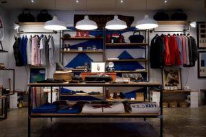 Welches Kleidungsstück würden Ihre Kunden wählen? In einem beispielhaften Store am Stand von SAP Hybris wird gezeigt, wie anhand von Beacon-Technologie interessante Daten gesammelt und im Online-Shop umgesetzt werden können.