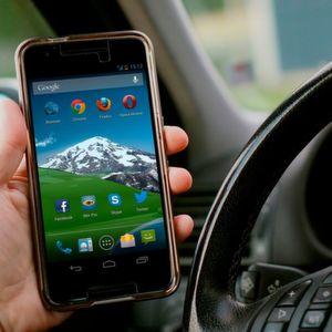 Autofahrer gefährden sich durch das Smartphone am Steuer