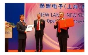 Feierten die Eröffnung der Baumer-Niederlassung in Shanghai: Li Zhenyu, Geschäftsführer von Baumer China, Oliver Vietze, CEO der Baumer Group, Rüdiger Förster, Executive Board Member Vertrieb und Marketing (v.l.n.r.)