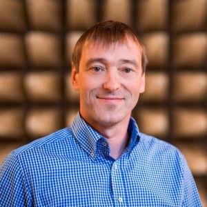 Prof. Dr.-Ing. Ralf Vick vom Lehrstuhl für Elektromagnetische Verträglichkeit in der Absorberhalle