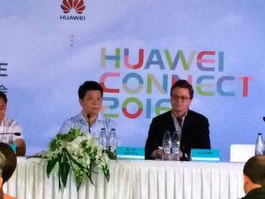 Rotating CEO Guo Ping und Jim Zemlin von der Linux Foundation auf einer Pressekonferenz auf der Connect 2016.
