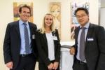 Dr. Klaus-Peter Reintges (li.) und Vivien Demirci von Reintges Auto Service in Essen, im Bild mit Dominic Schäfer-Elmayer vom Award-Partner Bank Deutsches Kraftfahrzeuggewerbe, warteten gespannt auf die Bekanntgabe der Platzierung ihres Unternehmens.