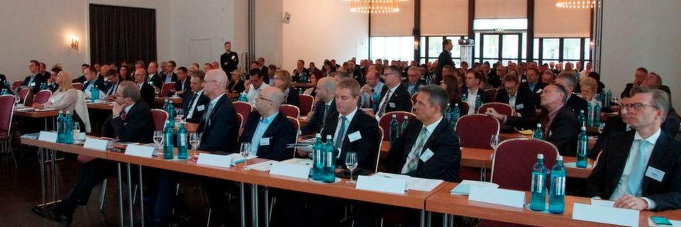 Über 170 Teilnehmer kamen am 20. September 2016 zur Vertriebskonferenz von Med-Inform nach Wiesbaden. Sie gingen mit der Erkenntnis nach Hause, dass sich die Geschäftsbeziehungen zwischen Medtech-Unternehmen und medizinischen Einrichtungen unweigerlich weg von Produktkonditionen hin zu Erlösoptimierung durch Prozessverbesserungen bewegen.