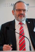 Wilfried E. B. Winzer, Vorstand der Dresdner Uniklinik, sieht das große Potenzial von Systempartnerschaften bei der Optimierung elektronischer Geschäftsprozesse mit durchgängigen Standards und sauberen Stammdaten.