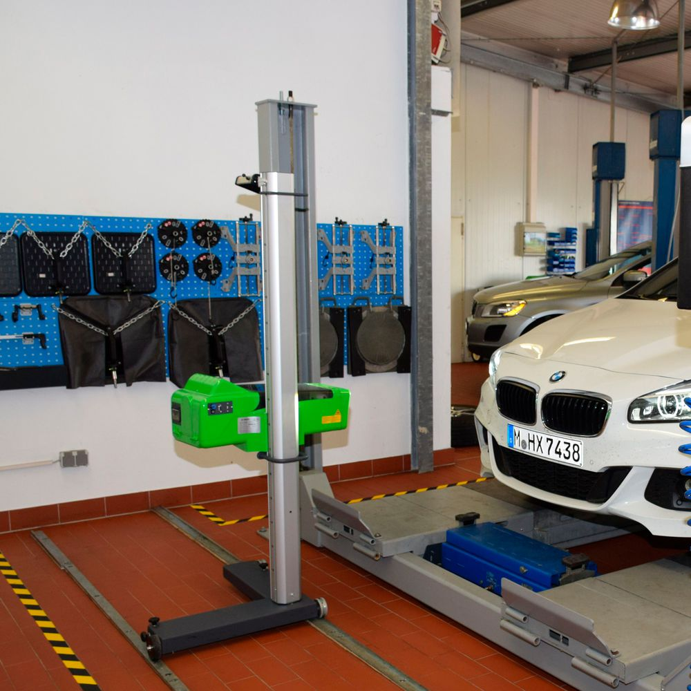 30.000 Euro hat das Unternehmen alleine in den Bereich Scheinwerferprüfung/Spureinstellung investiert.