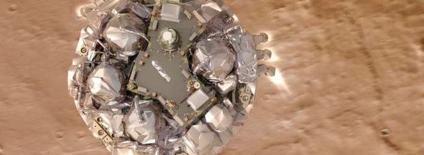 Simuliertes Modell der geplanten Landung des Schiaparelli-Moduls. ESA-Forscher vermuten, dass ein Softwarefehler bei der Zusammenführung der Sensordaten zu einem vefrühten Abkoppeln der Bremsfallschirme, ein zu kurzes Zünden der Triebwerke und infolge dessen zum Absturz des Test-Landegeräts geführt haben dürfte.