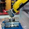 Roboter rüstet Zentrischspanner in Bearbeitungszentren um