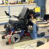 Ein Rollstuhlroboter erklimmt Treppen selbständig