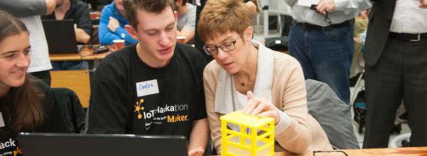 Die saarländische Ministerpräsidentin Annegret Kramp-Karrenbauer (CDU, rechts) im Gespräch mit Teilnehmern am IoT-Hackathon.