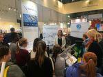 Großes Interesse an Medical Mountains: Projektleiterinn Julia Steckeler im Gespräch mit jungen Messebesuchern.