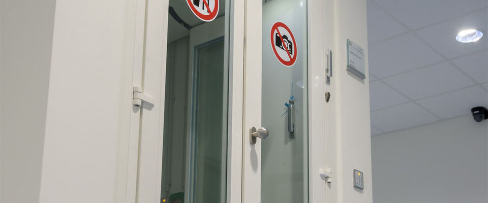 In den Twin Datacenter der Akquinet AG erfolgt eine Separation über eine Personenvereinzelungsanlage und Zielraum, bevor überhaupt eine Sicherheitszone betreten werden kann.