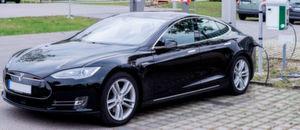 Ein Tesla an der Ladesäule: Mit speziellen Parksensoren sollen Ladesäulen profitabel werden.