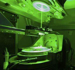 Düsenlöcher für das Spinnen von Cellulosefasern können per Laserbohren wesentlich besser und präziser hergestellt werden, wie das ITCF Denkendorf berichtet. Hier ein Laser mit Wendelbohr-Opik bei der Arbeit.