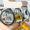 Der Rollstuhl, der über zusätzliche Beine verfügt