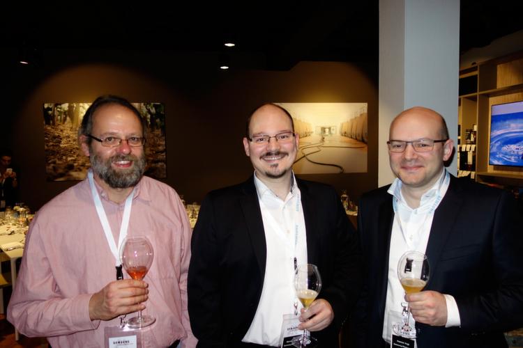 (v. l.) Klaus Länger, IT-BUSINESS, mit Marcel Binder und Patrick Vogt, Samsung.