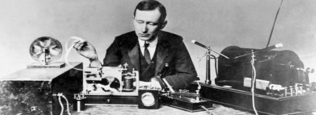 Guglielmo Marconi mit einer Senderanlage (rechts) samt passendem Empfänger (links). Am 12. Dezember 1901 sendete der Radiopionier vom britischen Cornwall aus erstmals ein Funksignal über den Atlantik, das erfolgreich in einer Gegenstation auf Neufundland empfangen wurde.