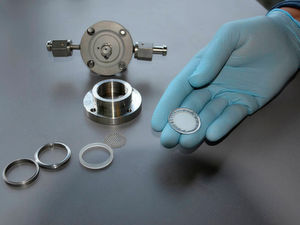 Akku-Test: Eine Glaskeramik-Membran, die mit Aluminium und Kunststoff beschichtet ist, lässt nur Lithium-Ionen durch. Für alle anderen Bestandteile der Elektrolytflüssigkeit ist sie undurchlässig.