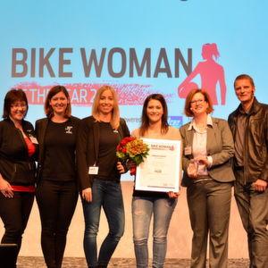 Frau und Motorrad: Schräge Lage